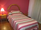 Habitación con cama de 105cm y baño compartido
