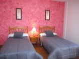 Habitación principal doble con baño privado y sofá