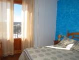 Habitación con cama de matrimonio, baño compartido, vistas