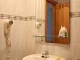 baño con bañera, bidet y secador