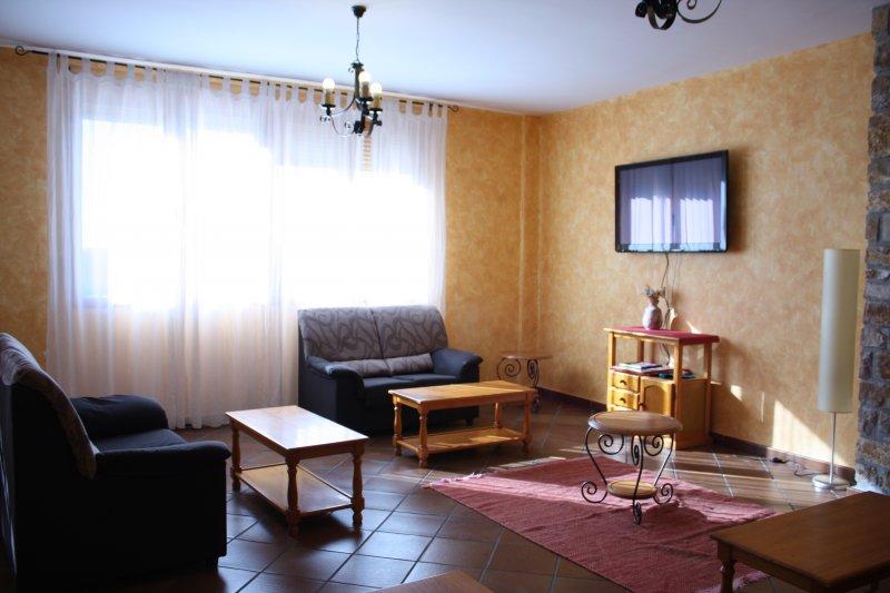 Sala de estar televisi n hostal gudar alojamiento en for Sala de estar con tv